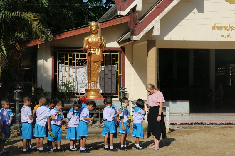 Allison Scott stands with her fourth grade students when she was teaching at a school in Trang, Thailand.